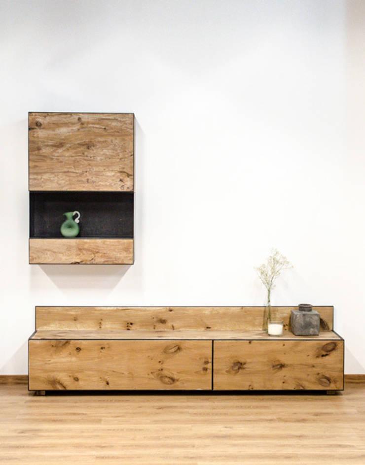 Mueble para salón en madera maciza y acero: Salones de estilo  de Cube Deco