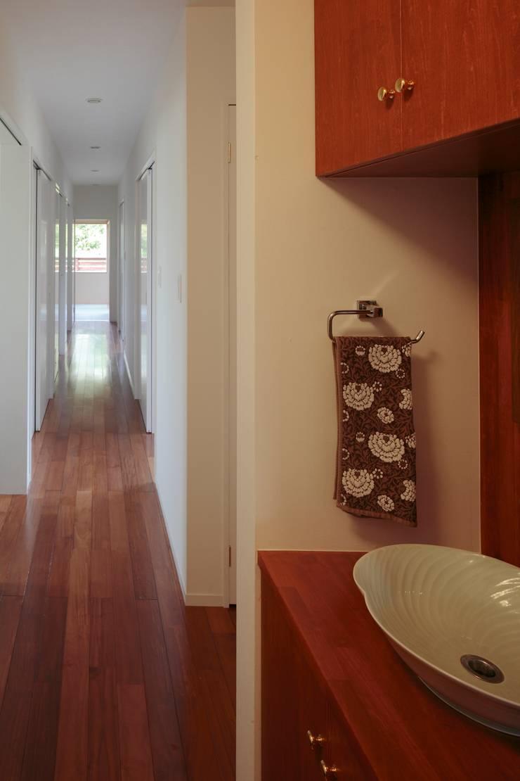 すべり台の家: 一級建築士事務所あとりえが手掛けた廊下 & 玄関です。,