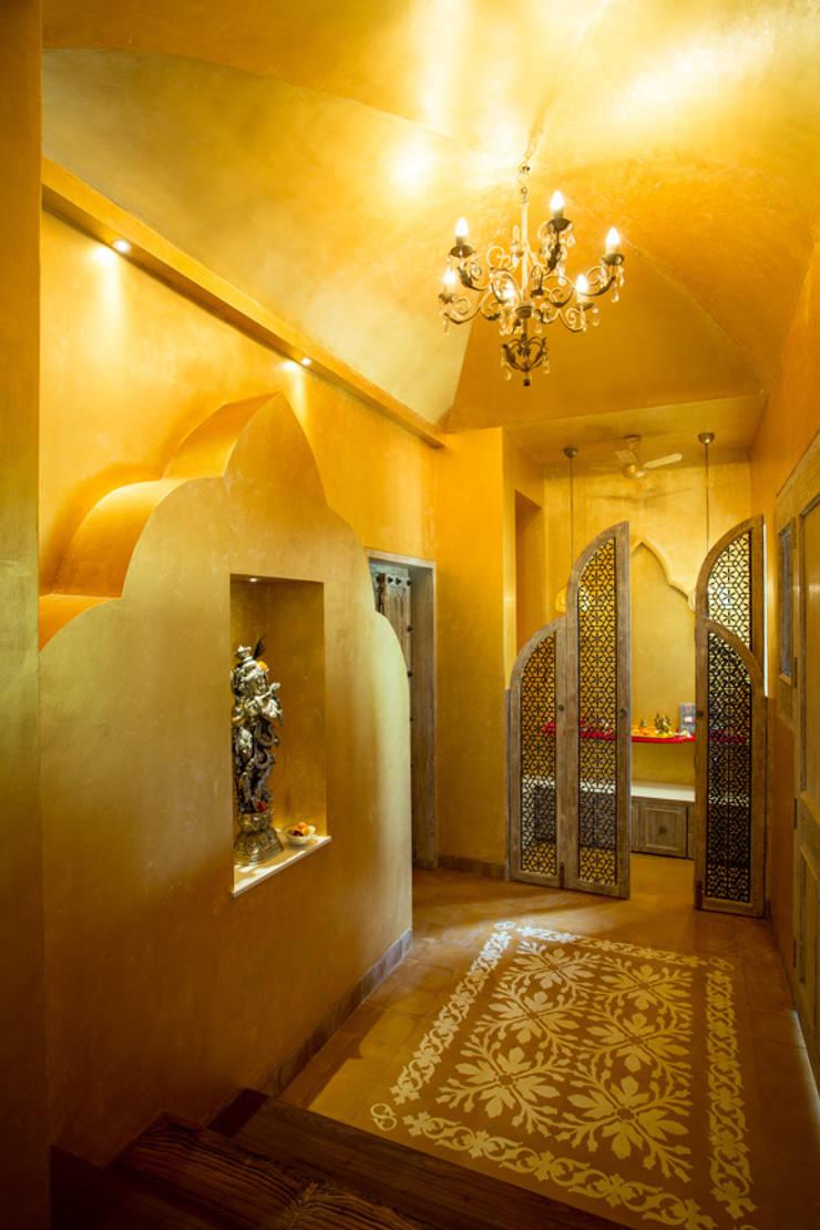 House in Pune:  Corridor & hallway by The Orange Lane