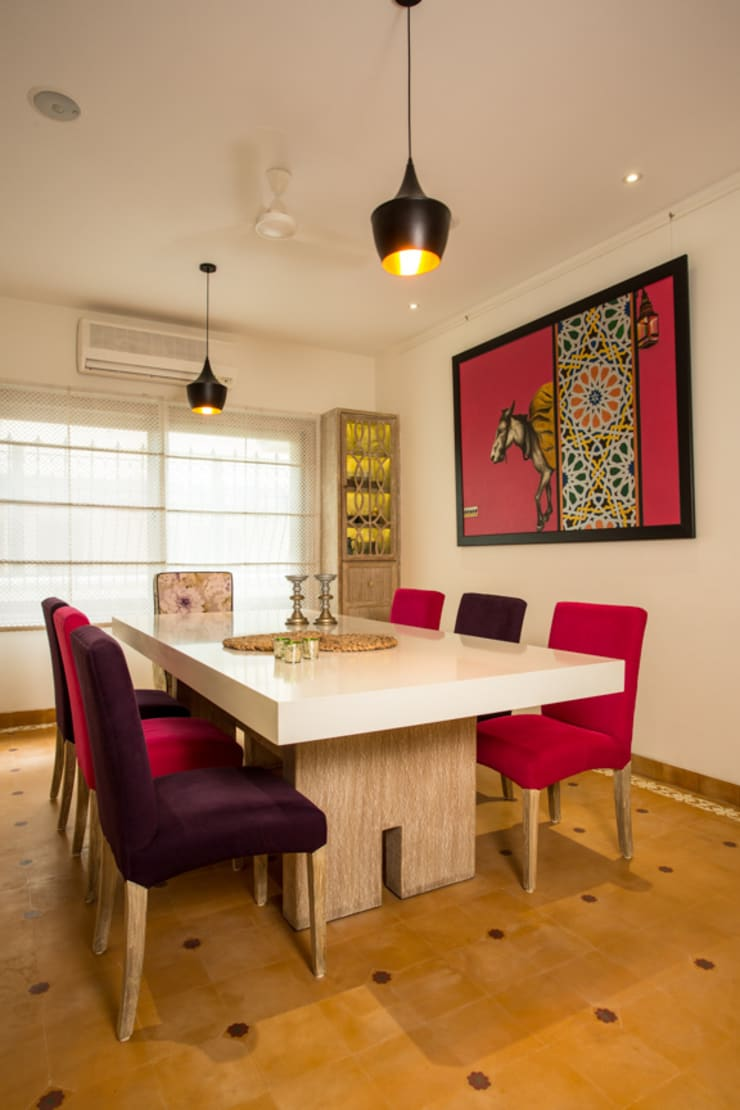 House in Pune:  Dining room by The Orange Lane