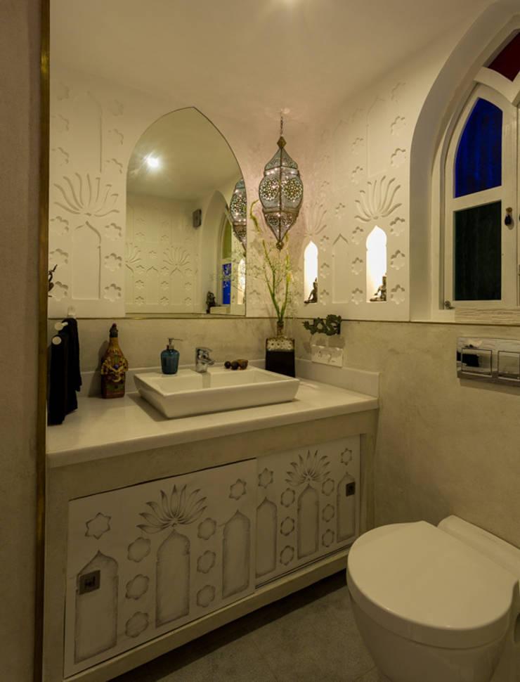 Eclectic Apartment:  Bathroom by The Orange Lane