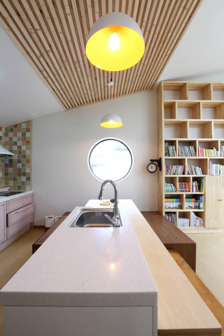 가족들의 중심이 되는 주방: 주택설계전문 디자인그룹 홈스타일토토의  주방
