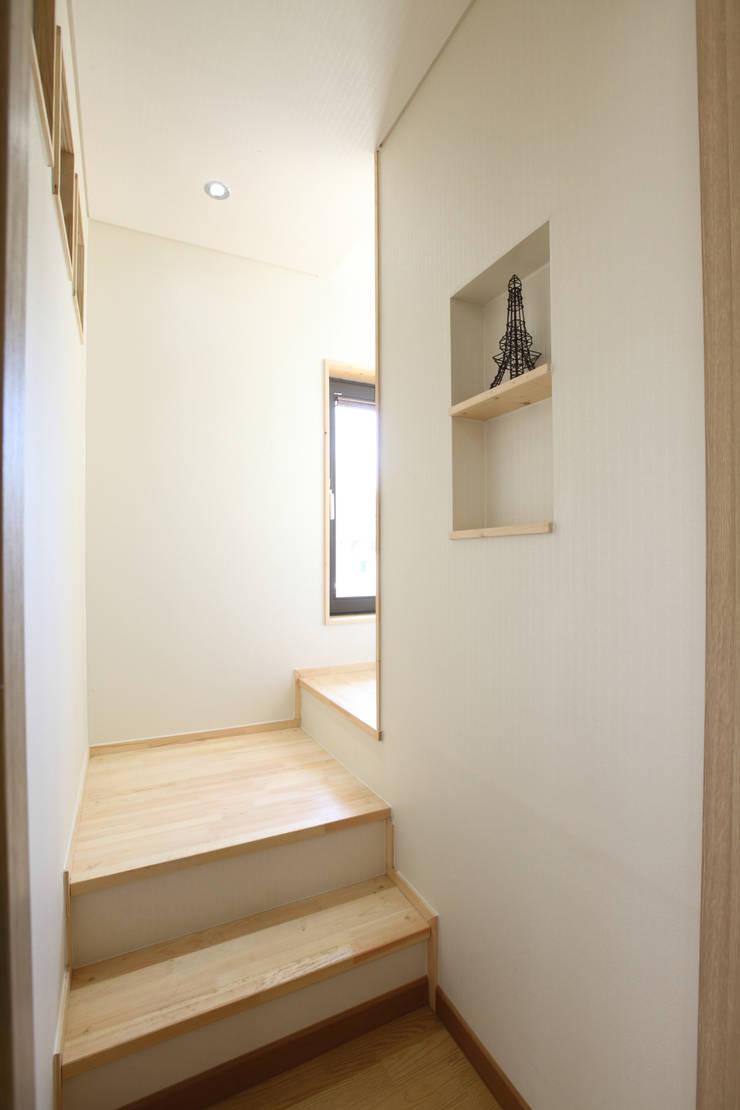 부부침실로 올라가는 계단: 주택설계전문 디자인그룹 홈스타일토토의  복도 & 현관