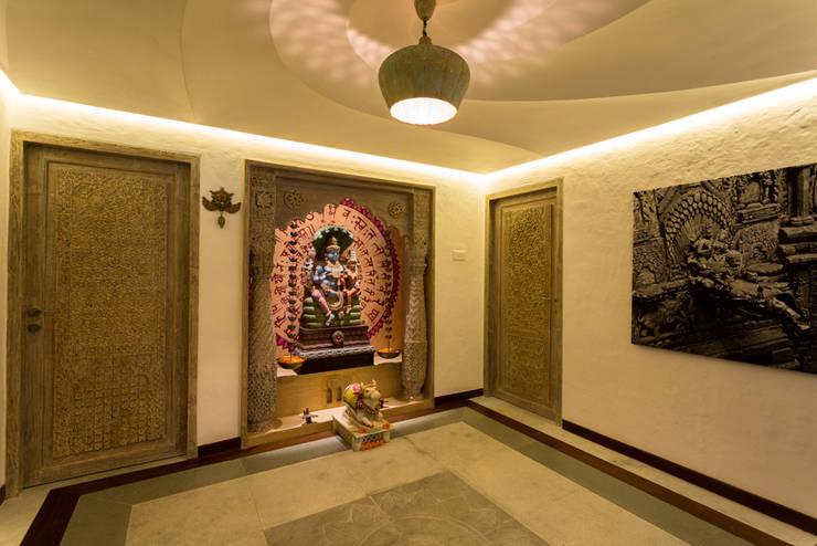 Eclectic Apartment:  Corridor & hallway by The Orange Lane