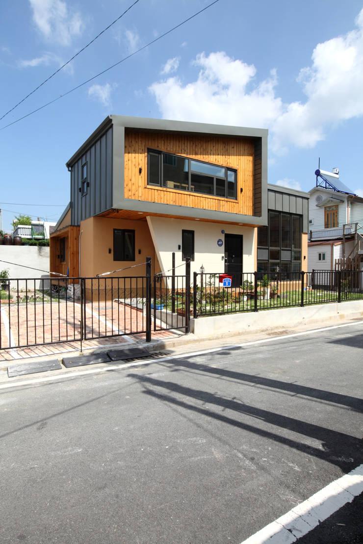 도심속 작은주택의 새로운 시도 충주주택: 주택설계전문 디자인그룹 홈스타일토토의  주택