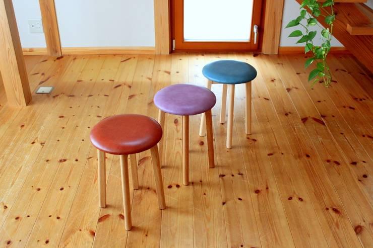 round stool: trusty wood worksが手掛けた折衷的なです。,オリジナル