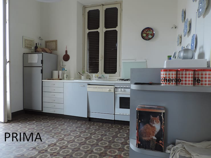 LA CUCINA COME SI PRESENTAVA PRIMA DELL'INTERVENTO:  in stile  di Boite Maison