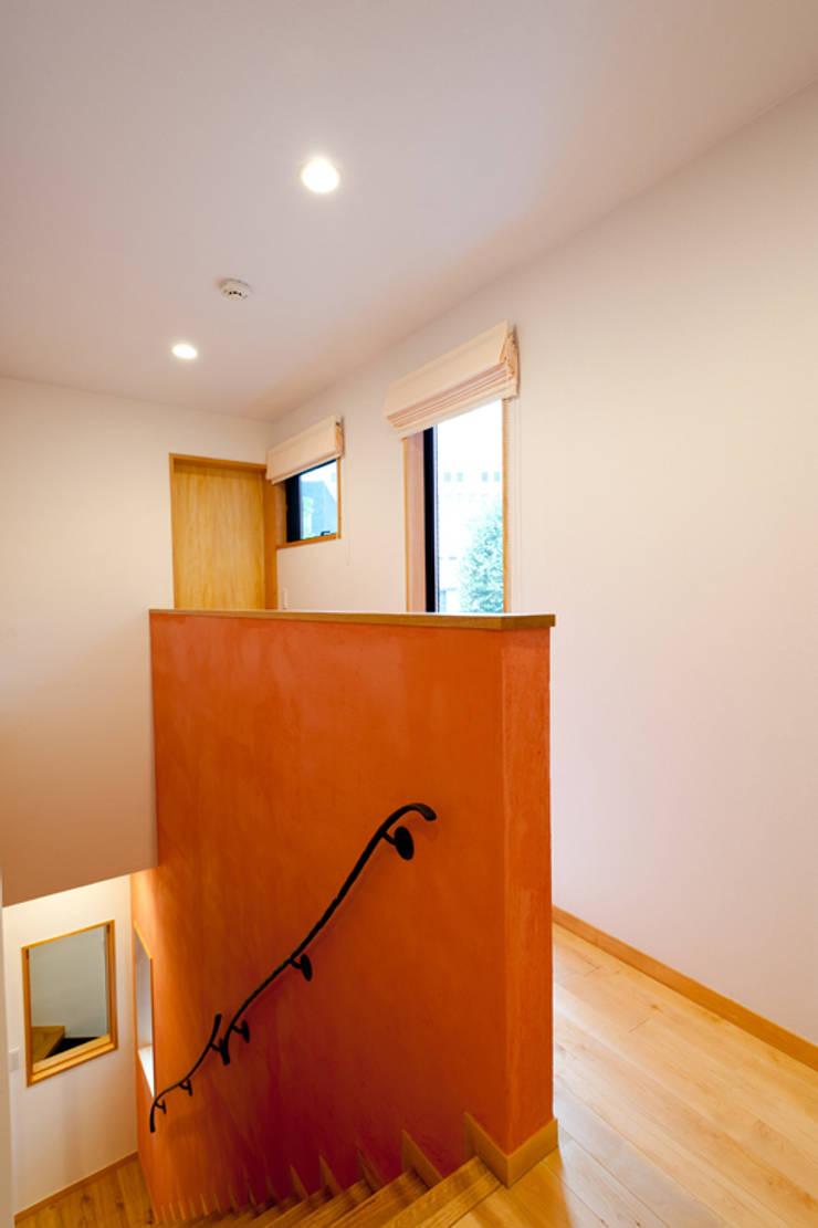 Прихожая, коридор и лестницы в . Автор – アルキテク設計室,