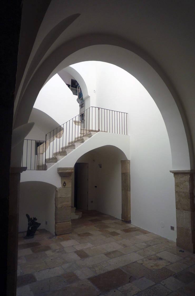 Casa Apice Bellini: Ingresso & Corridoio in stile  di raffaele iandolo architetto
