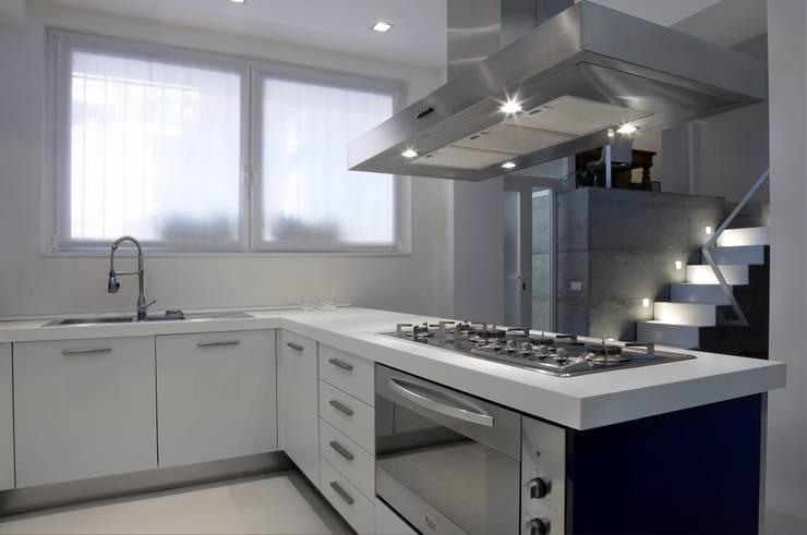 Loft a Milano: Cucina in stile  di luca bianchi architetto