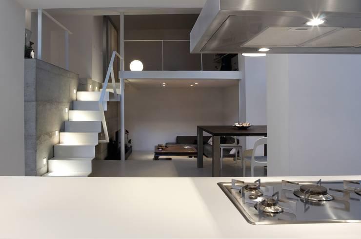 Loft a Milano: Soggiorno in stile  di luca bianchi architetto