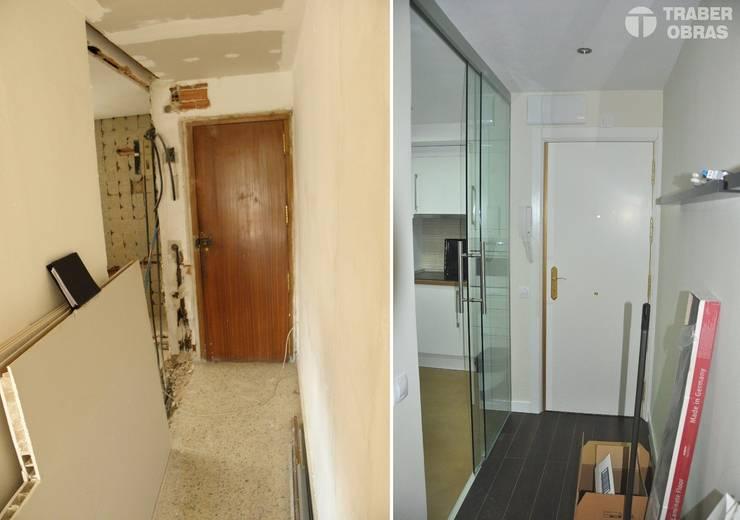 Reforma integral de vivienda en Madrid por Traber Obras. Entrada - pasillo antes y después.:  de estilo  de Traber Obras