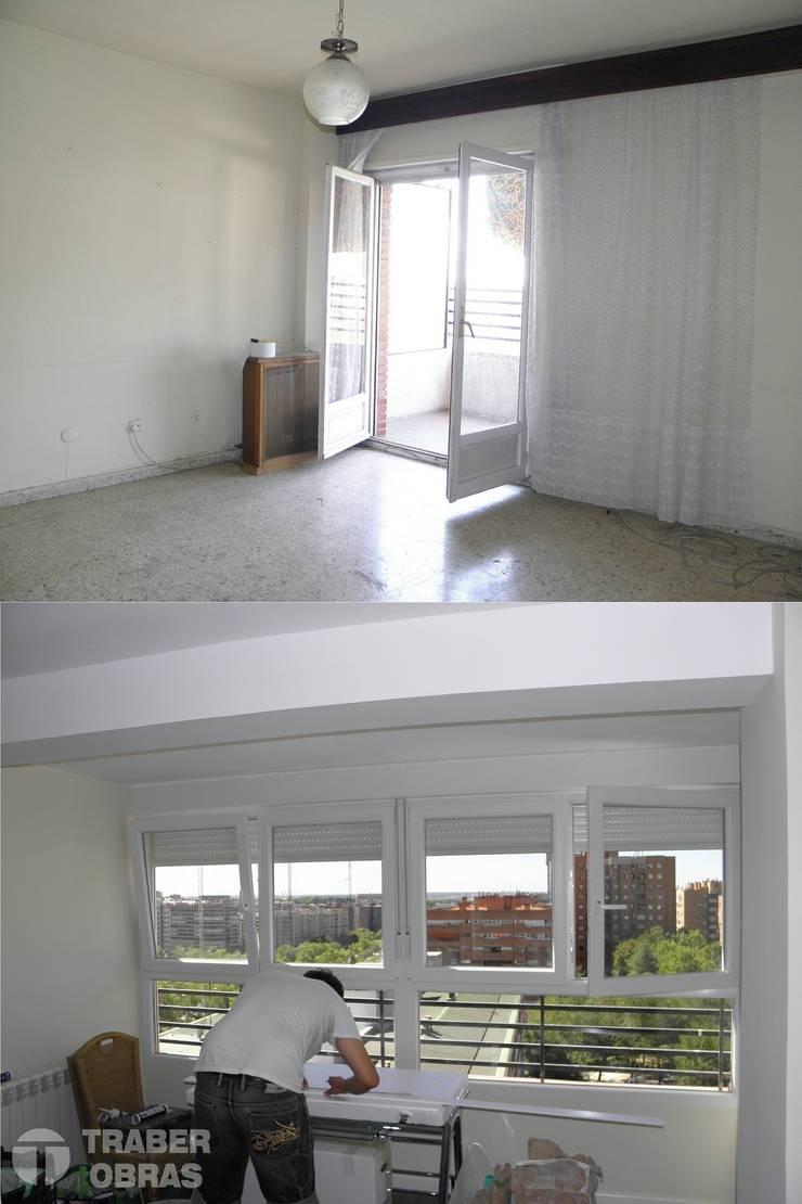 Reforma integral de vivienda en Madrid por Traber Obras. Salón antes y después.:  de estilo  de Traber Obras