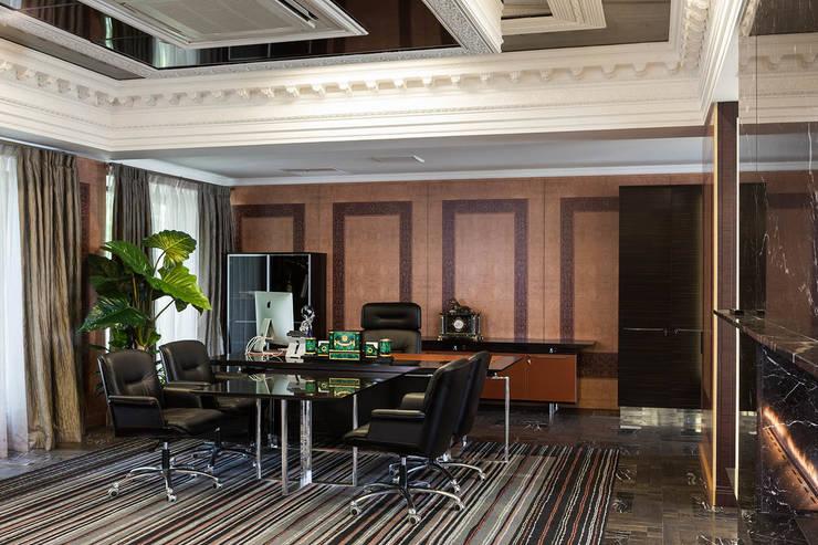 Офис с камином.: Рабочие кабинеты в . Автор – Дизайн интерьера Проценко Андрея, Эклектичный