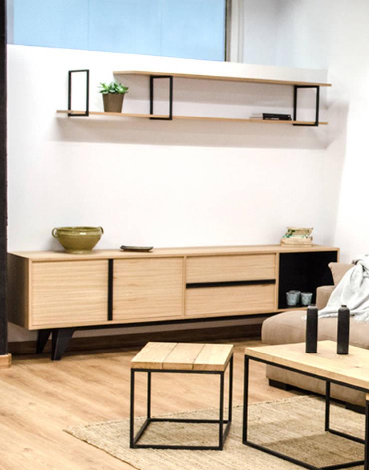 Mueble, estantería y mesas nido para salón en madera maciza y acero: Salones de estilo  de Cube Deco