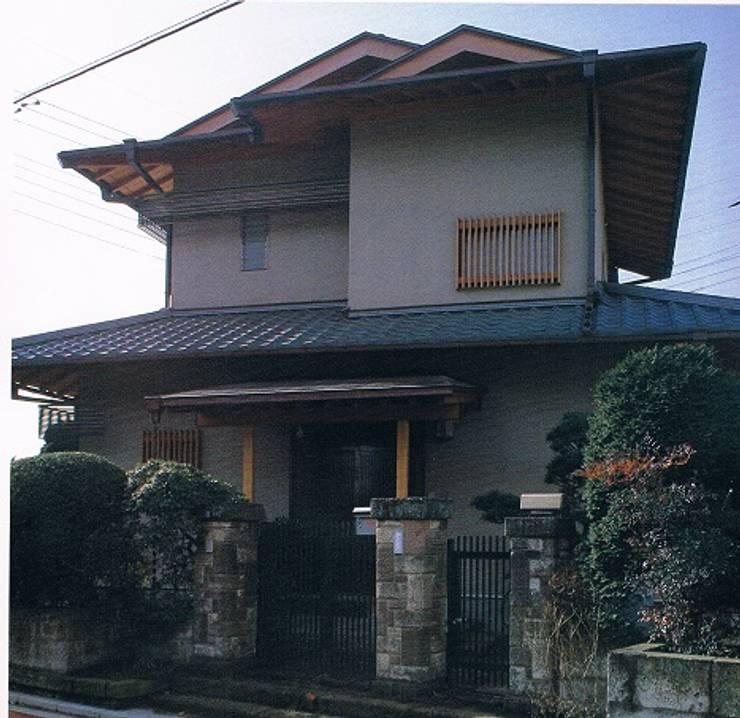 簾(すだれ)ブラインドのある現代数寄屋の家外観: 株式会社 山本富士雄設計事務所が手掛けた家です。