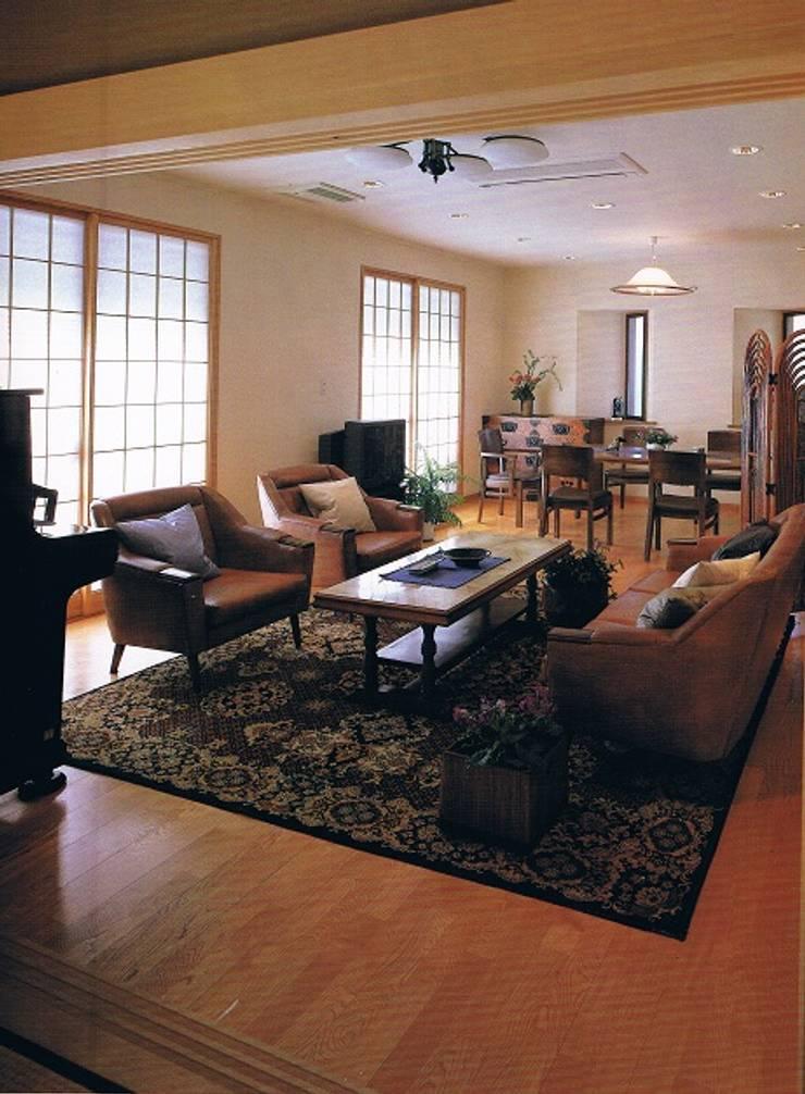 簾(すだれ)ブラインドのある現代数寄屋の家リビング: 株式会社 山本富士雄設計事務所が手掛けた和室です。