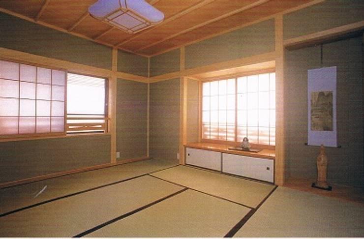 簾(すだれ)ブラインドのある現代数寄屋の家2階和室: 株式会社 山本富士雄設計事務所が手掛けた寝室です。