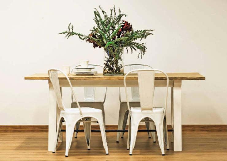 Mesa en madera de eucalipto natural y patas de acero lacadas en blanco. Sillas de acero.: Comedor de estilo  de Cube Deco