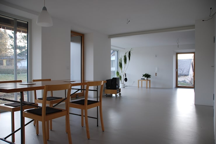 Neuer Ess- Wohnraum mit bodentiefer Verglasung: moderne Wohnzimmer von architektur plan b