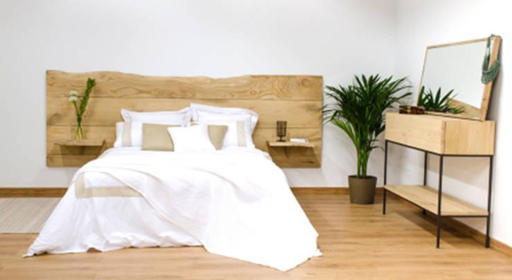 Cabecero de madera maciza de castaño, con mesillas en los laterales: Dormitorios de estilo  de Cube Deco