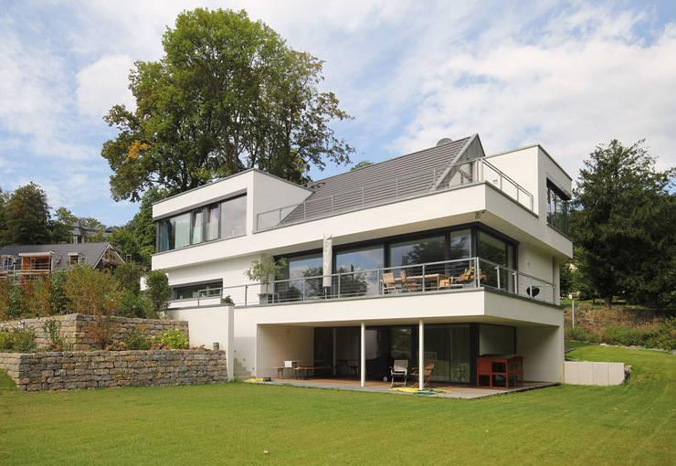 Architektenhaus mit Satteldach:  Häuser von FLOW.Architektur
