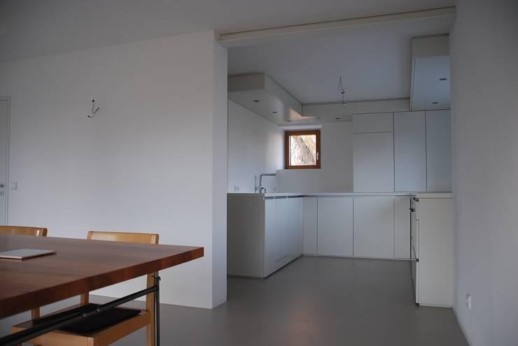 Neu geplante Einbauküche: moderne Küche von architektur plan b