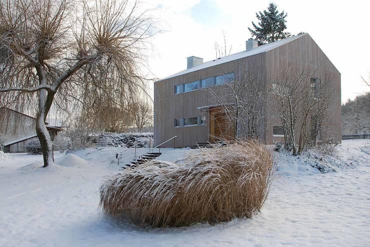Ansicht nach der Sanierung von Norden: moderne Häuser von architektur plan b