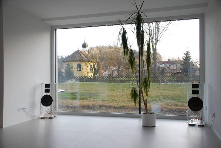 Umbau und energetische Sanierung Wohnhaus KW:  Wohnzimmer von architektur plan b