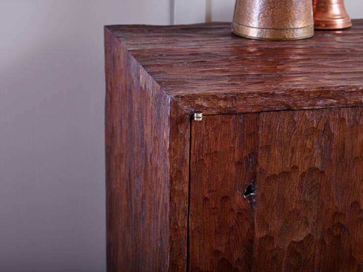 Oak cabinet:  Living room by muto