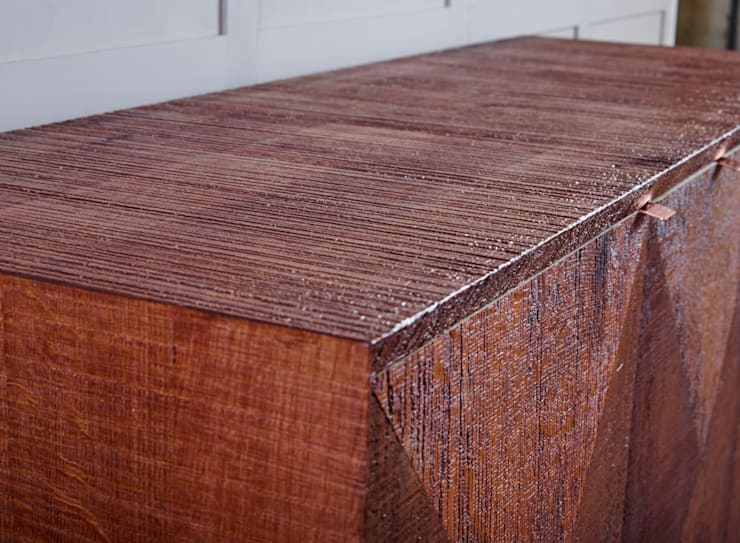 Sawn cabinet with diamond pattern doors:  Living room by muto