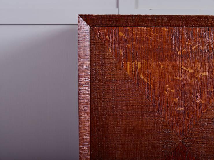 Diamond pattern door cabinet:  Living room by muto