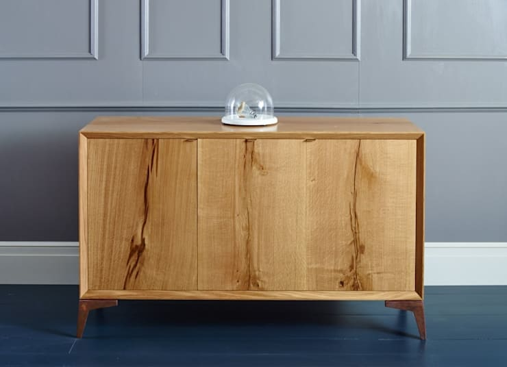 Three door oak credenza: classic Living room by muto