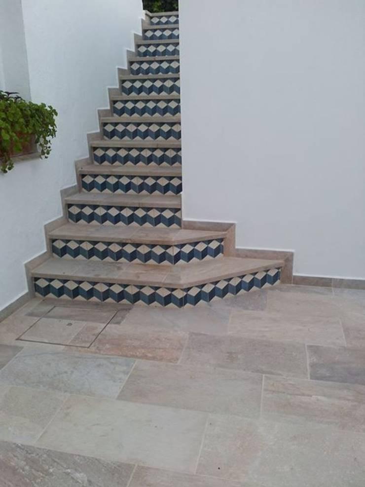 Escaleras: Pasillos y vestíbulos de estilo  de Suelos Hidráulicos Demosaica