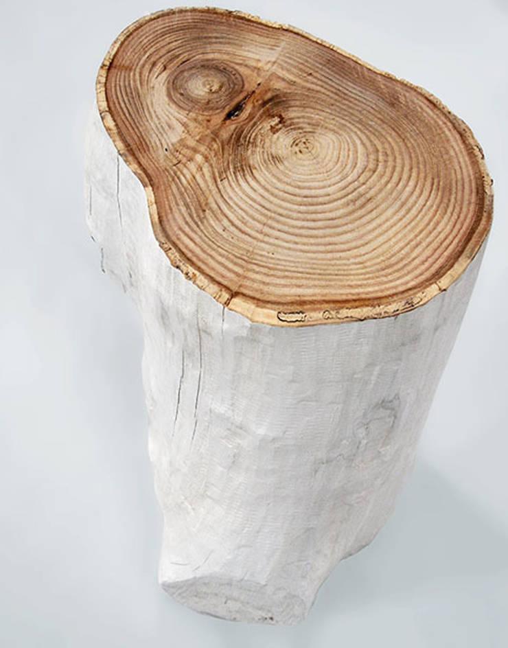 Mesa auxiliar de tronco natural, pintado en blanco y con superficie en color natural: Salones de estilo  de Cube Deco