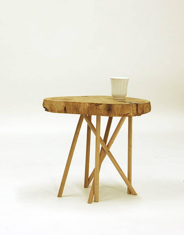 Mesa tronco de madera de acacia: Salones de estilo  de Cube Deco