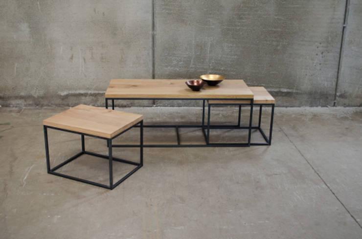 Conjunto de mesas nido de madera y acero: Salones de estilo  de Cube Deco