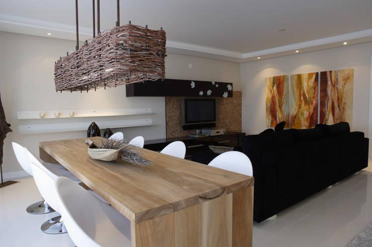 Projeto arquitetônico do apartamento decorado Platanos: Salas de jantar ecléticas por ArchDesign STUDIO