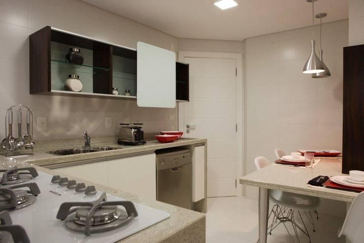 Projeto arquitetônico do apartamento decorado do Porto Atlantico.: Cozinhas  por ArchDesign STUDIO