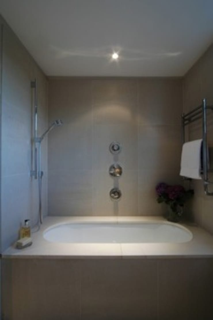 Bathroom:  Bathroom by Peter Bell Architects