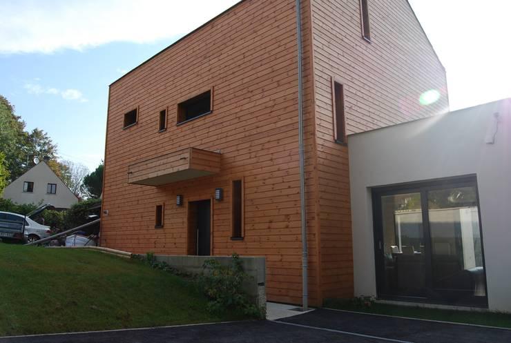 façade nord-entrée: Maisons de style de style Moderne par SARA Architecture