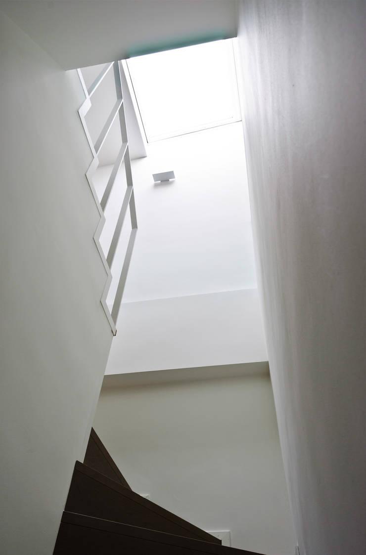 Scale : Ingresso & Corridoio in stile  di PLANAIR ®