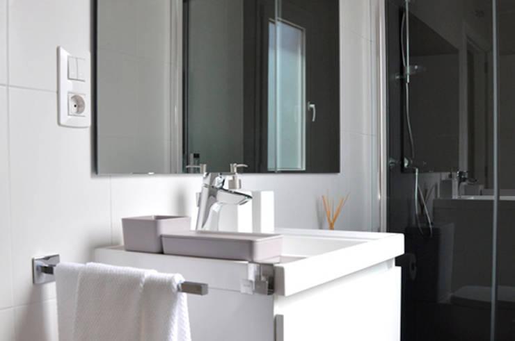 Casa piloto Cube. Baño.: Casas de estilo  de Casas Cube