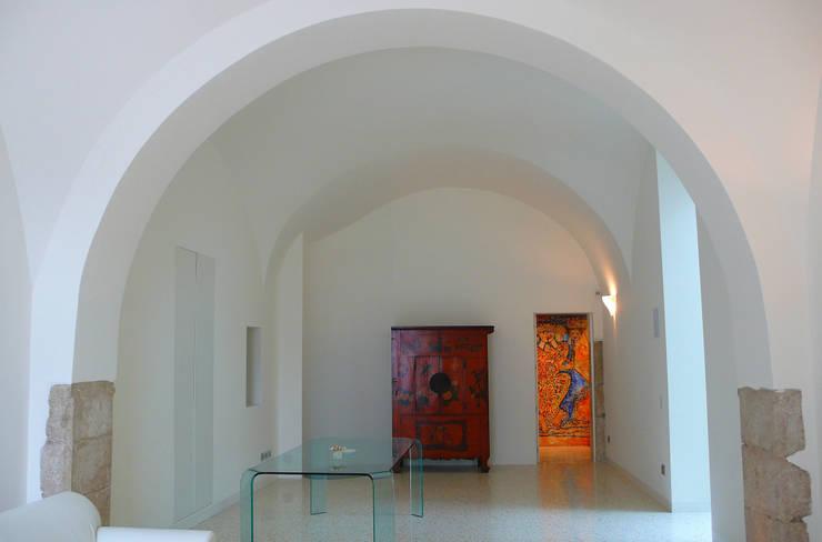 Casa Apice Bellini: Soggiorno in stile  di raffaele iandolo architetto