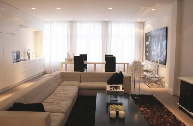 Model appartement Antwerpen, België:  Woonkamer door By Lenny