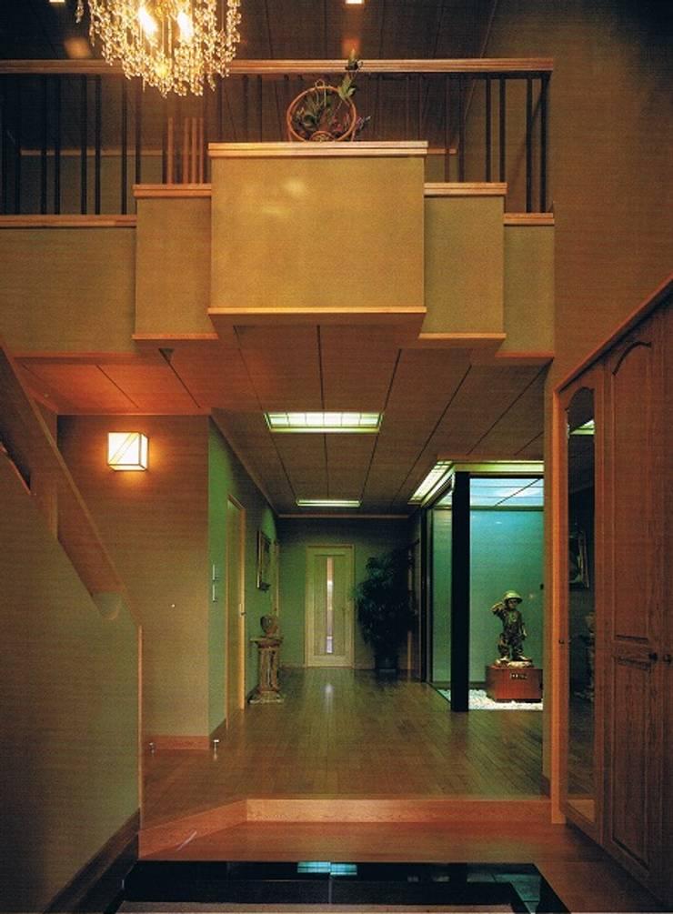 坪庭のある沖縄風現代数寄屋の家玄関ホール: 株式会社 山本富士雄設計事務所が手掛けた廊下 & 玄関です。