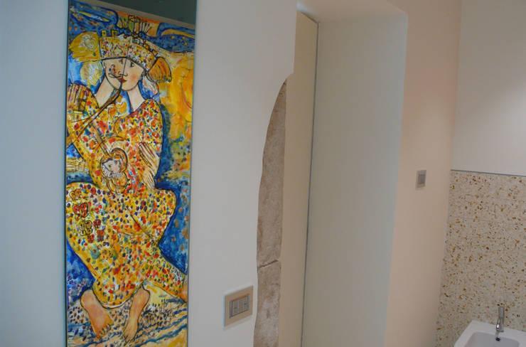 Casa Apice Bellini: Bagno in stile  di raffaele iandolo architetto
