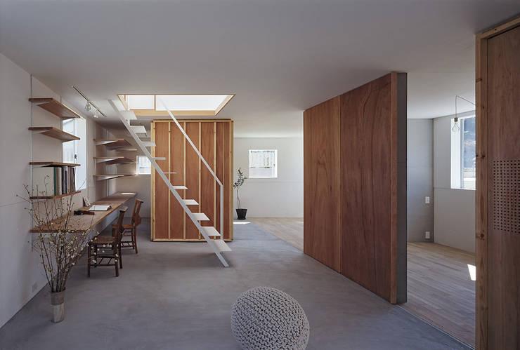山崎町の住居: 島田陽建築設計事務所/Tato Architectsが手掛けた書斎です。