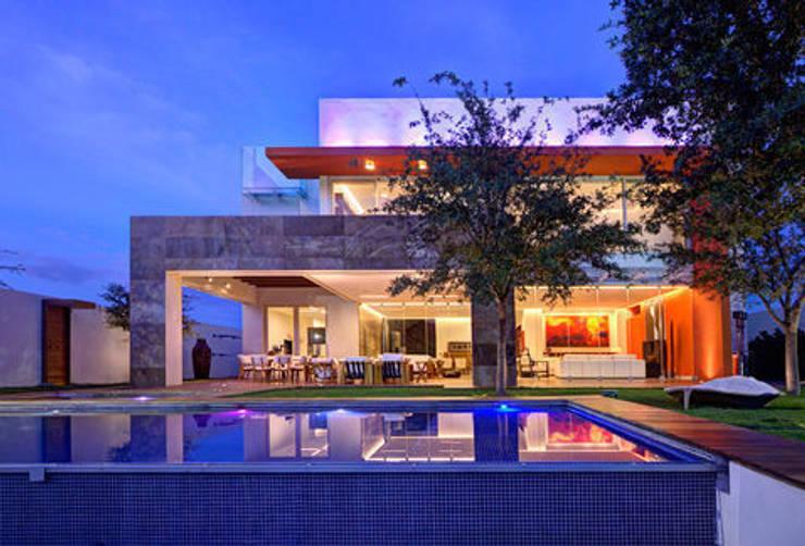 Casa Nocturna A - Jardín con alberca: Casas de estilo  por Ingrid_Homify