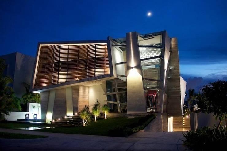 Fachada Casa Nocturna B - Entrada Principal: Casas de estilo  por Ingrid_Homify
